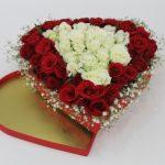 kalp kutuda kırmızı beyaz güller