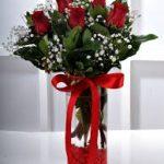ince vazoda 5 adet kırmızı güller