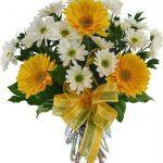 Çiçek Aranjmanı Nasıl Hazırlanır? Aranjman hazırlamanız için öncelikle malzemelerinizin hazır olması gerekir. Ayrıca bir vazo ya da saksı gibi materyal içerisinde aranjman hazırlayacaksanız, seçtiğiniz çiçeğin bu materyale