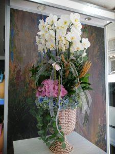 Sevdiklerinize çok şık bir vazoda beyaz orkide ve renkli güller den oluşan çok Şık bir Çiçek ağırlığınızı hissettirir